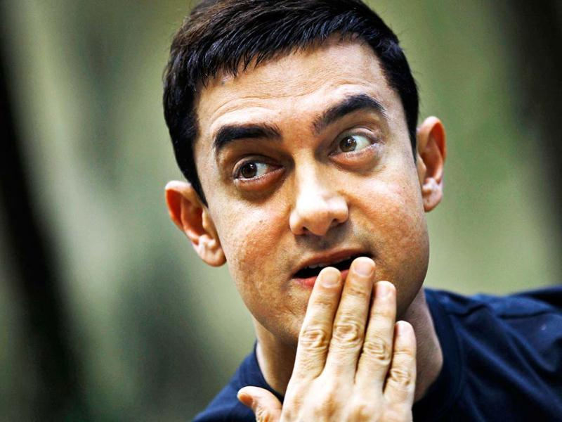 Hai la! Aamir is all ears as the media poses questions.