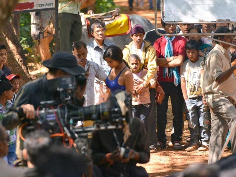 The line producer Monty was unable to keep the crowds at bay while Salman Khan was shooting on the location and incidentally, Monty is the line producer for Poonam Pandey's Nasha as well.