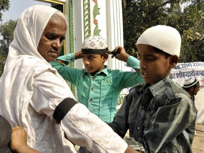 The Indian Muslim Samaj protested the Ayodhya demolition by wearing black bands and hurling black flags atop a mosque in Beniganj locality of Faizabad. Muslim youths and children also joined in the protests at Fazabad. HT Photo/Ashok Dutta