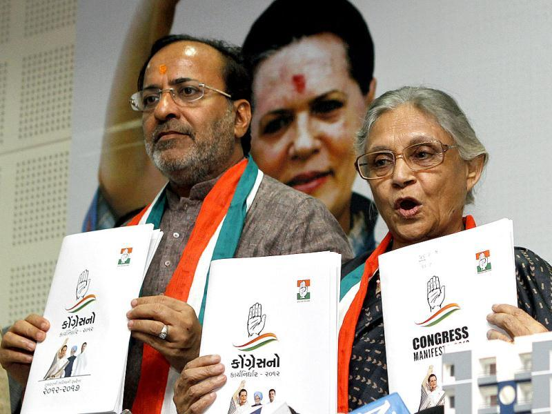 Arjun Modhvadia (L) Gujarat state Congress president along with Delhi chief minister Sheila Dikshit during the release of Congress manifesto for Gujarat Assembly election at Ahmedabad in Gujarat. (HT Photo)