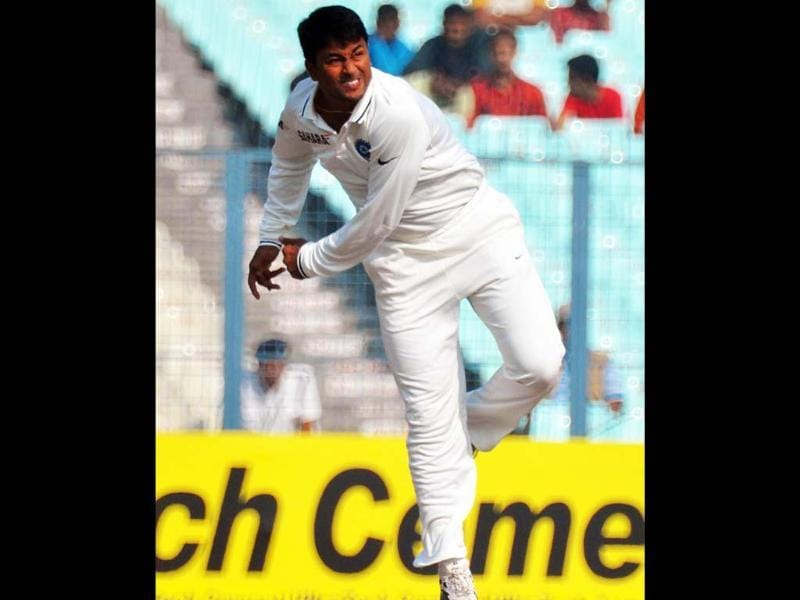 Indian spinner Pragyan Ojha in action during third day's play of third crikcet test against England at Eden Gardens in Kolkata. UNI