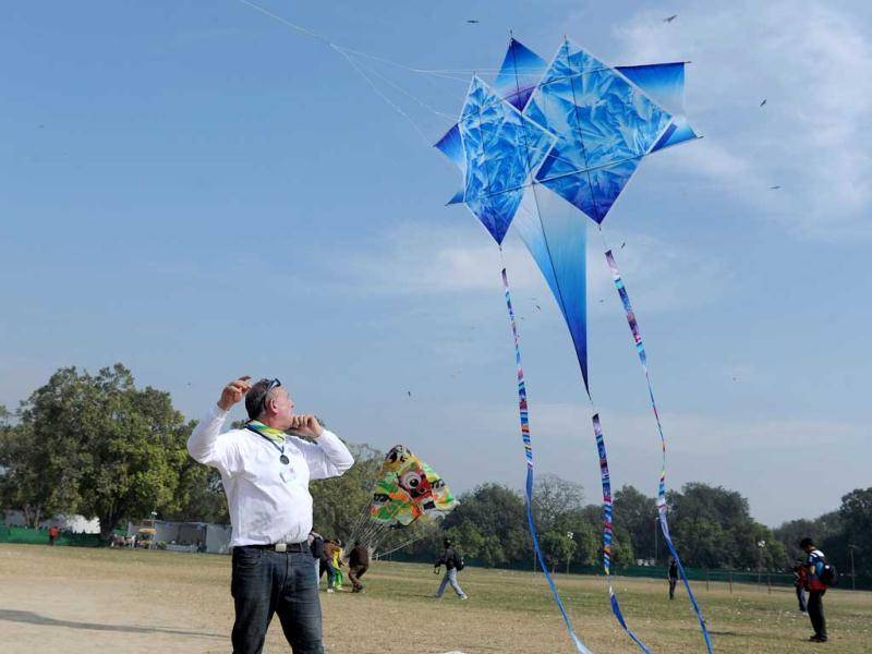 A visitor attempts to launch a kite during the two-day Delhi International Kite Festival 2012 on the lawns of the India Gate monument in New Delhi. (AFP Photo)