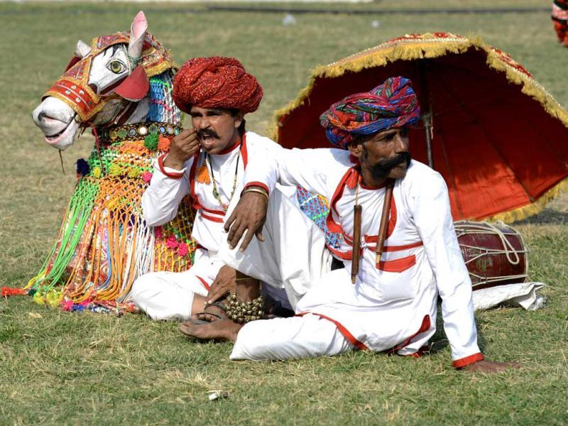 Indian artists rest on the lawns of India Gate during the two-day Delhi International Kite Festival 2012 organised by Delhi Tourism. (AFP photo)