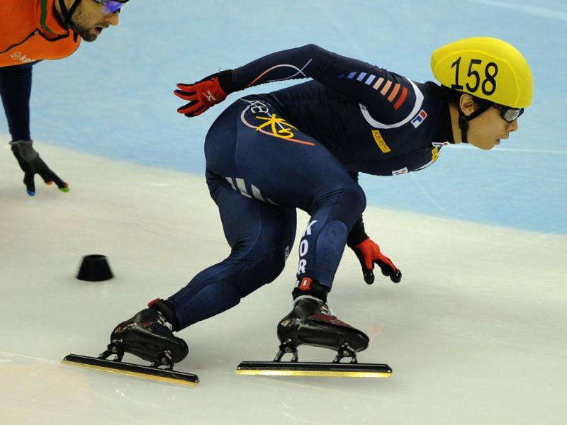 Kwak Yoon-Gy of South Korea (C) skates to win the men's 1,000m final at the Samsung ISU World Cup Short Track Speed Skating event in Shanghai. AFP photo