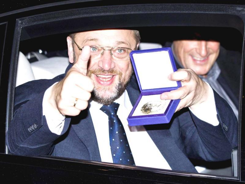 European Parliament President Martin Schulz displays the Nobel medal as he leaves Grand Hotel by car after the Nobel Peace Prize ceremony in Oslo. Reuters Photo