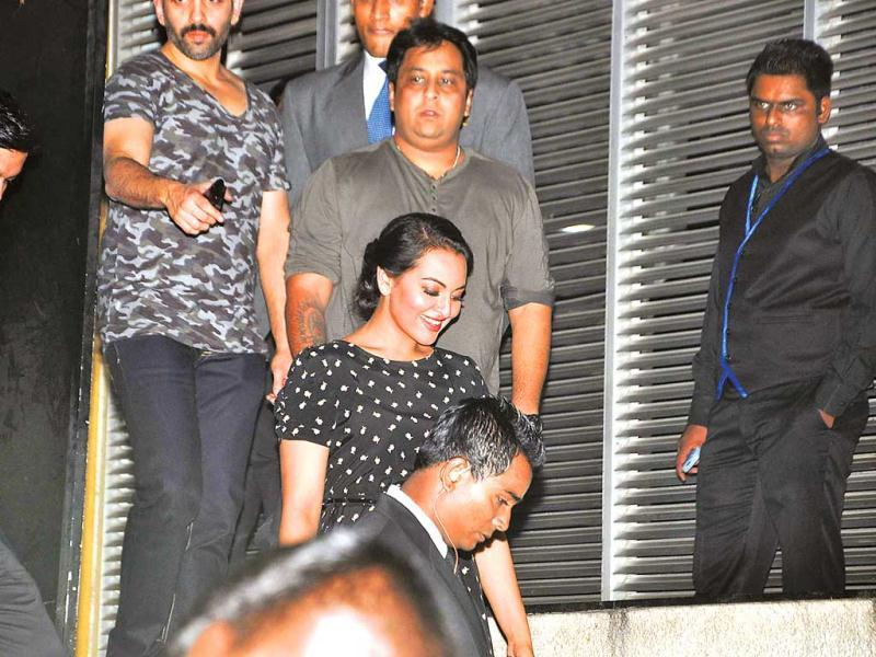 Sonakshi Sinha arrives at Royalty in Bandra