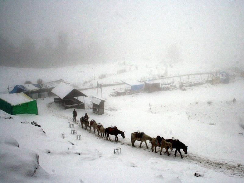 Season's first snow fall at Kufri, in Shimla. HT/Santosh Rawat