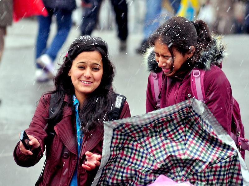 School children braving snow fall, in Shimla. HT/Santosh Rawat