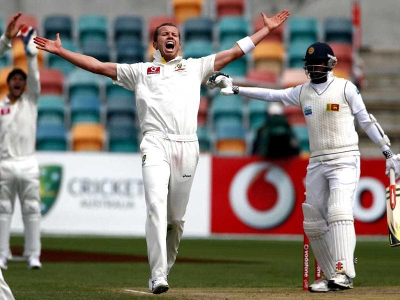 Australia's Peter Siddle (L) appeals successfully for LBW to dismiss Sri Lanka's Angelo Mathews (R) for 75 runs during the third days play in the first cricket test at Bellerive Oval in Hobart. Reuters