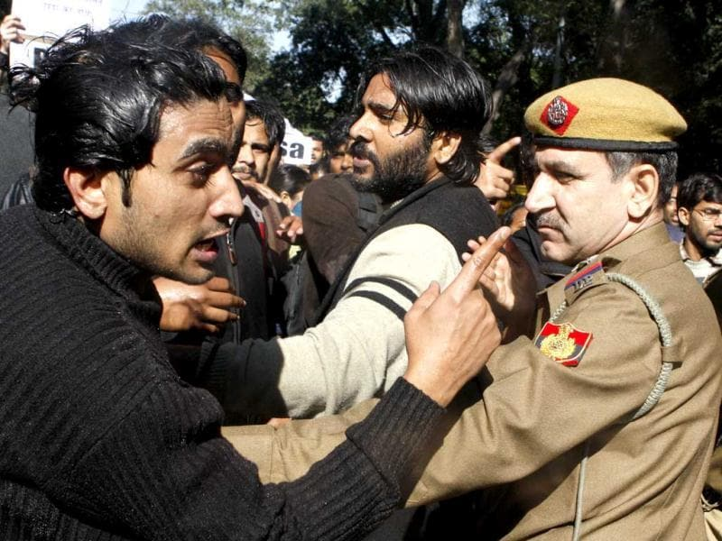 Young college students arguing with a policeman during a protest outside Chief Minister Sheila Dikshit's residence. Police sprayed water jets to break up a protest by students who were demanding more police presence on roads and fast-track courts to prosecute rapists. (Sushil Kumar/ HT Photo)