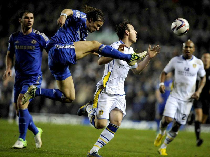 Leeds United's Luciano Becchio (C) challenges Chelsea's David Luiz during their English League Cup quarter-final soccer match in Leeds, northern England. Reuters Photo