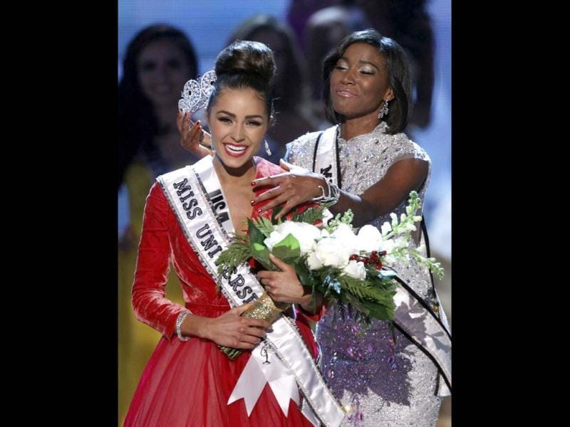 Miss Universe 2011 Leila Lopes of Angola prepares to crown Miss USA Olivia Culpo during the Miss Universe pageant. (Reuters Photo)
