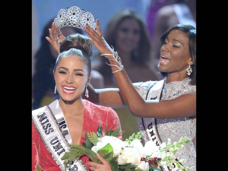 Miss USA, Olivia Culpo is crowned Miss Universe 2012 by predecessor, Miss Universe 2011, Leila Lopes. (AFP Photo)