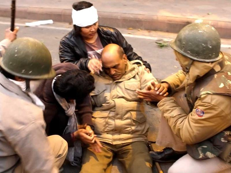 Delhi police constable Subhash Tomar being helped by protesters and colleagues after he was injured during anti-rape protests in New Delhi. Tomar succumbed to his injuries on Tuesday. Arijit Sen/HT photo