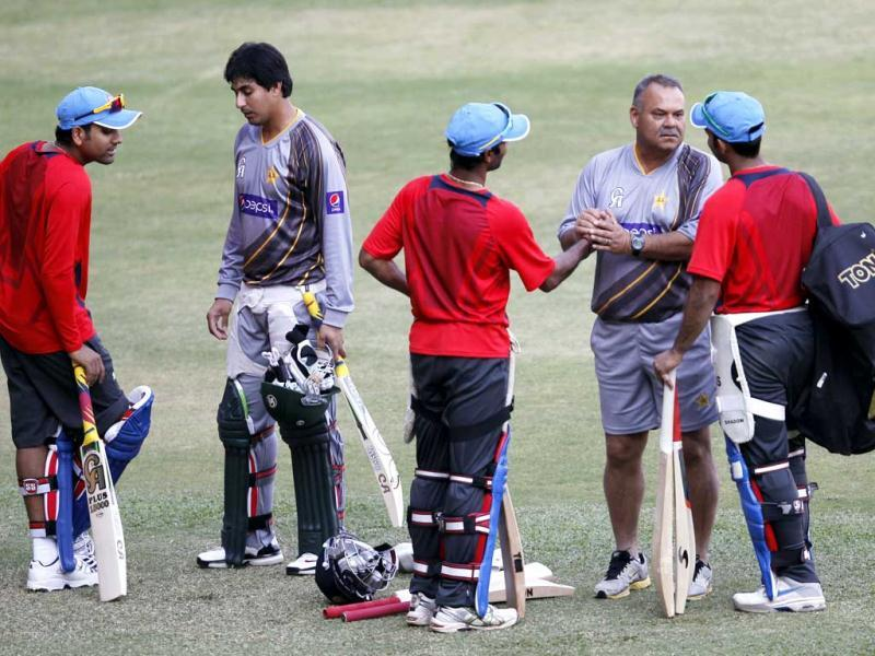 A Pakistan cricket team player and coach Dav Whatmore talking to the Indian players during the practice session at Chinnaswamy stadium, in Bangalore. HT Photo/Ajay Aggarwal