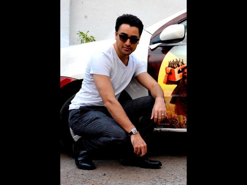 Imran Khan looked a cool dude as he posed next to the car which has the poster of Matru Ki Bijlee Ka Mandola painted on it.