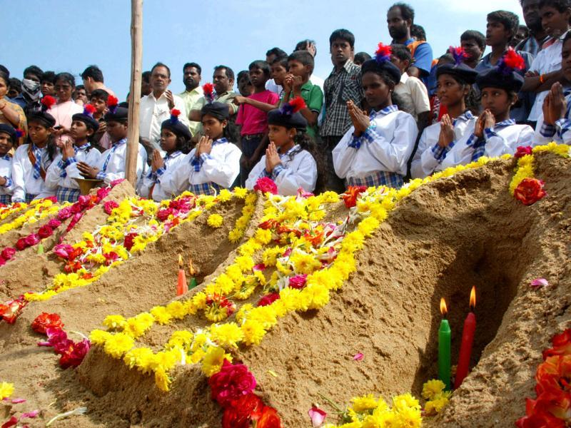 People paying tribute to tsunami victims of the 2004 tsunami on the occasion of eighth anniversary at Marina Beach in Chennai. UNI