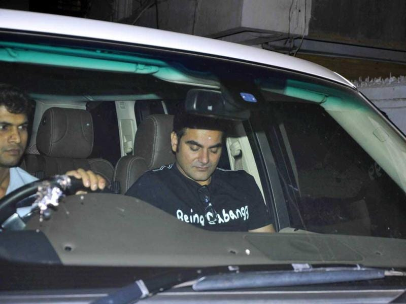 Arbaaz Khan arrives. Arbaaz Khan and wife Malaika Arora Khan visited Salman Khan on his birthday.