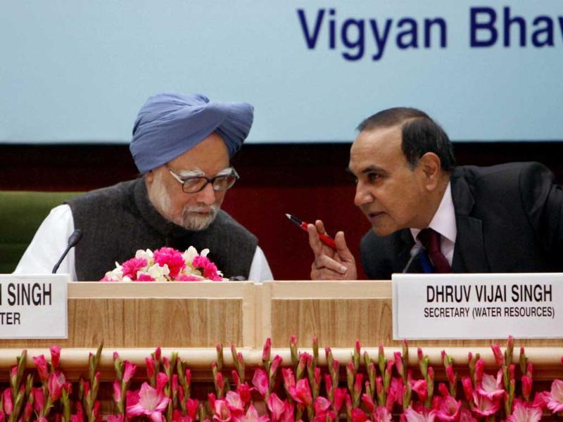 Prime Minister Manmohan Singh speaks with water resources secretary Dhruv Vijai Singh at the sixth meeting of the National Water Resources Council in New Delhi. PTI/Subhav Shukla