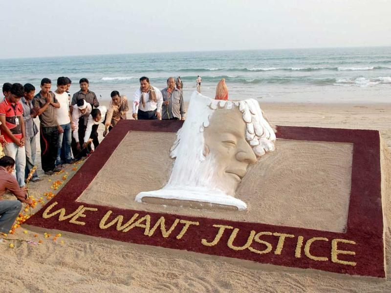 Sand artist Sudarsan Pattnaik creates a sand homage on Delhi gangrape victim with a message