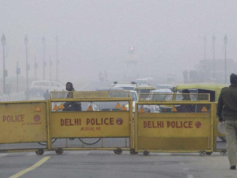 Traffic plying in fog at Vijay Chowk in New Delhi on the first day of the New Year. PTI/Atul Yadav