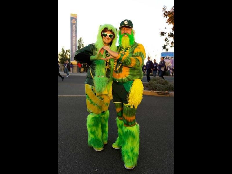 Oregon Ducks fans Karnajo and John Free of Olympia, Washington pose prior to the Tostitos Fiesta Bowl against the Kansas State Wildcats at University of Phoenix Stadium in Glendale, Arizona. AFP Photo