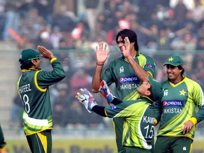 Pakistani bowler Mohd Irfan celebrating with teammates after taking Gautam Gambhir's wicket during 3rd ODI at Firozshah Kotla ground in New Delhi .UNI photo