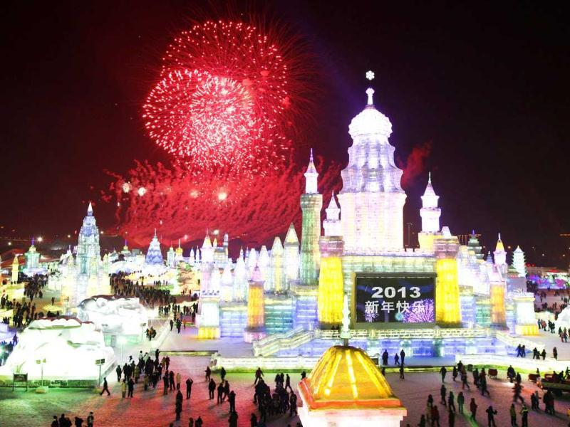The picture shows fireworks bursting in the sky over Ice and Snow World at the opening ceremony of the 2013 Harbin International Ice and Snow Festival in Harbin. This year's