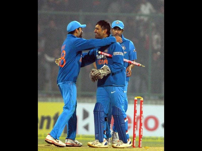 MS Dhoni alongwith teammates celebrating after won the 3rd ODI against Pakistan at Firozshah Kotla ground in New Delhi. UNI photo