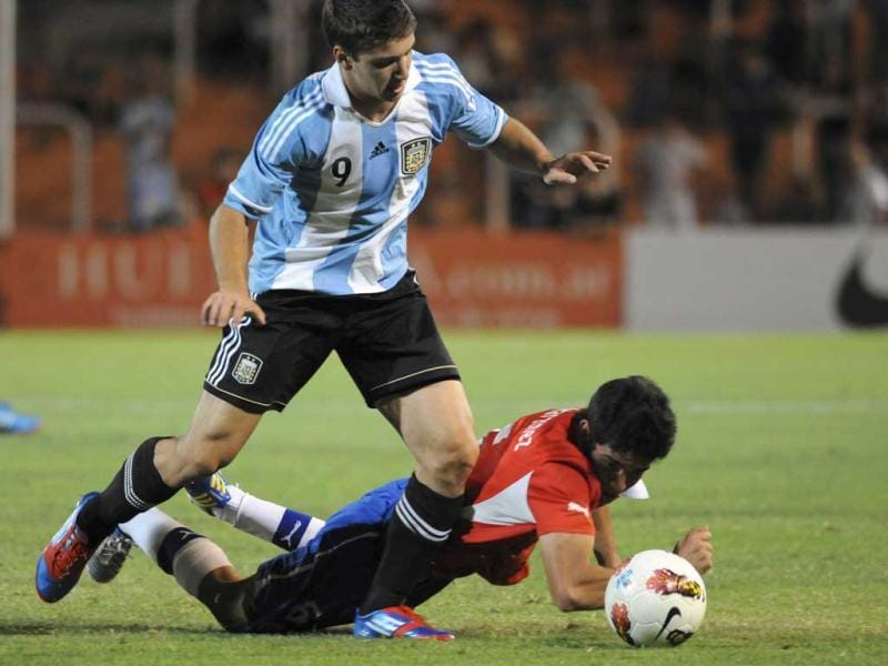 Argentina´s Luciano Vietto, left, fights for the ball with Chile's Sebastian Martinez during a U-20 South American soccer championship match in Mendoza, Argentina. (AP Photo)