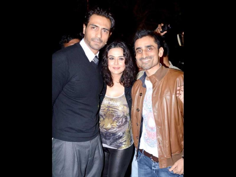 Arjun Rampal and Preity were happily posing for the cameras.