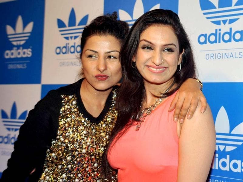 Musicians Hard Kaur (L) and Aakriti Kakkar pose during a party hosted by US rap musician Snoop Dogg in Mumbai on January 10, 2013. 9AFP PHOTO)