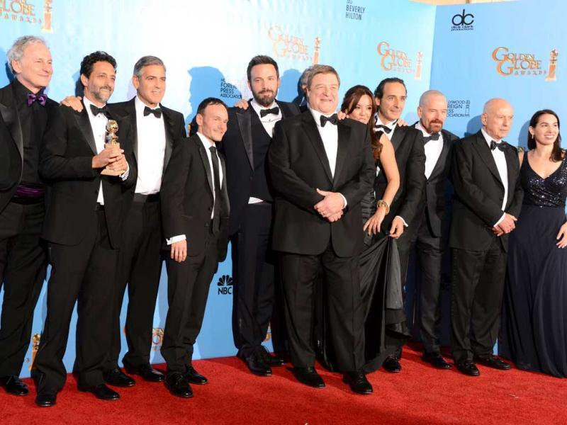 Actor and director Ben Affleck (5th L) and the cast and crew of Argo poses with the award for best motion picture drama at the Golden Globes awards ceremony in Beverly Hills on January 13, 2013. (AFP PHOTO)