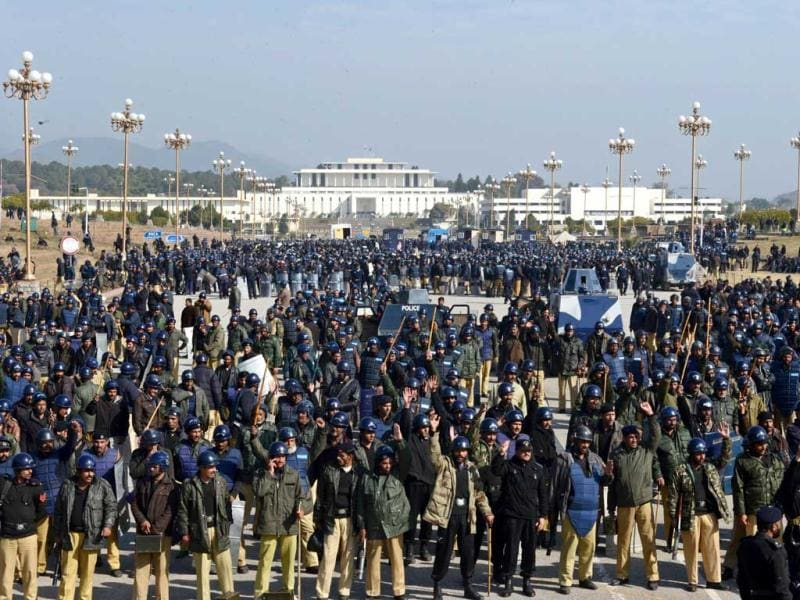 Pakistani policemen stand guard as supporters of Pakistani cleric Tahir-ul Qadri attend a protest rally in Islamabad, Pakistan. (AFP Photo)
