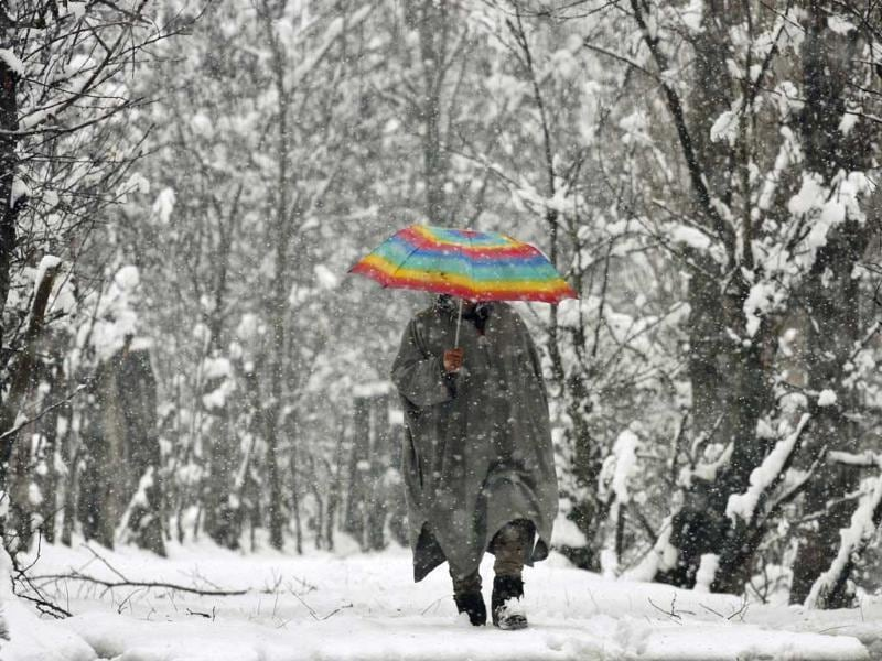 A Kashmiri man passes through snow in Srinagar. HT/Waseem Andrabi