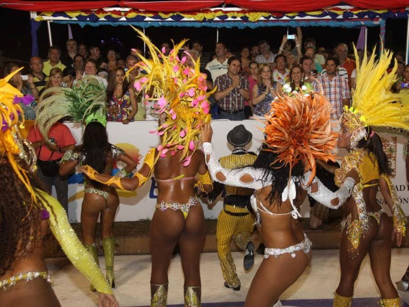 Paraguayan President Federico Franco (c) with the dancers of San Clemente samba school in Rio de Janeiro at the