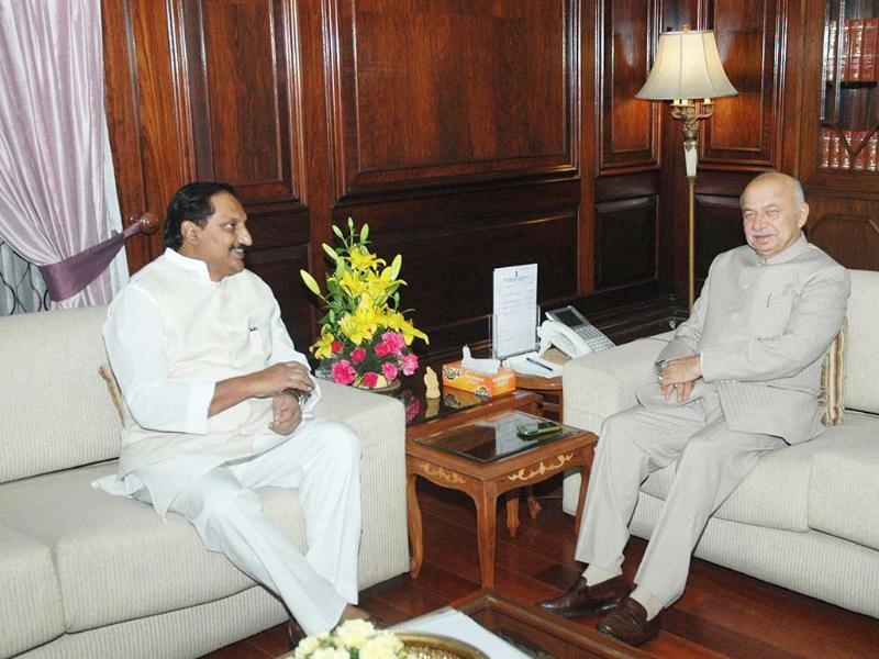Andhra Pradesh chief minister N Kiran Kumar Reddy speaks with Union home minister Sushil Kumar Shinde in New Delhi. UNI
