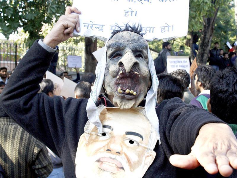 Dehli University students staged protest demonstration against Gujarat chief minister Narendra Modi outside Shri Ram College of Commerce college where he was delivering a memorial lecture in New Delhi. HT photo