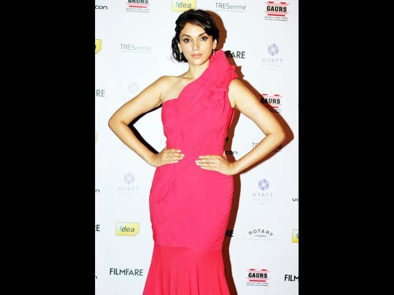 Aditi Rao Hydari manages to carry off the bright colour and boy! she looks so hot!