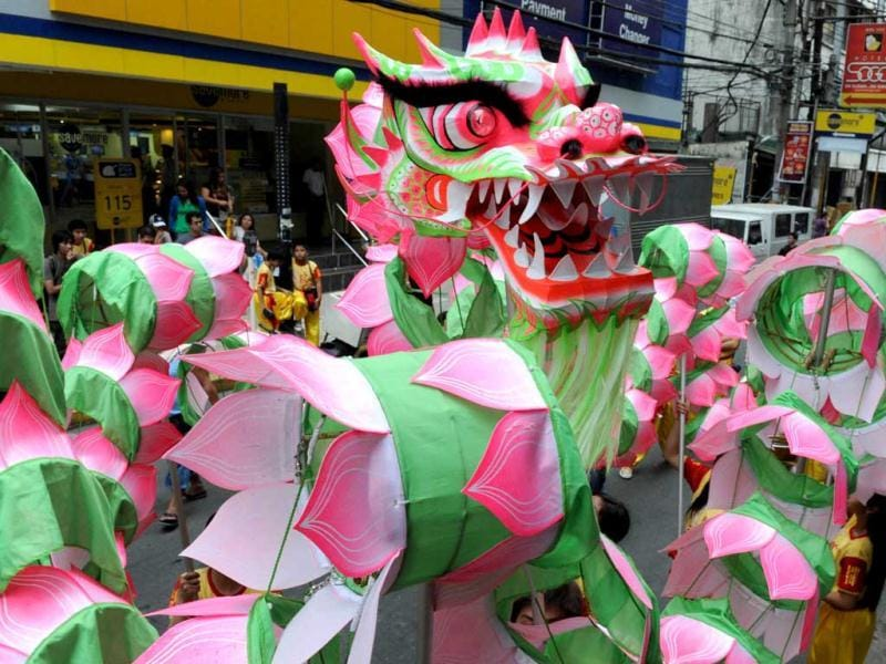 Performers take part in a dragon dance on the eve of the Chinese Lunar New Year of the Snake, in China town in Manila. (AFP Photo)