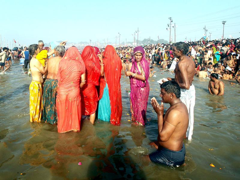 Millions of devotees gathered to take holy dip at the bank of Sangam on the occasion of Mauni Amawasya in Allahabad. HT Photo/Ajay Aggarwal