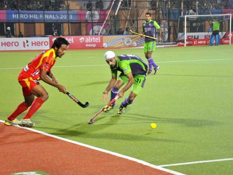 Players of Ranchi Rhinos and Delhi Waveriders in action during the final match of HIL at Astroturf Stadium in Ranchi. UNI