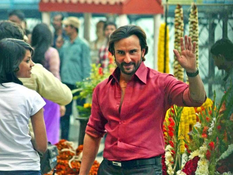 After being spotted shooting in Lucknow some time back, Saif Ali Khan was seen waving to his fans during shooting of Bullet Raja at Jagannath Ghat flower market in Kolkata.
