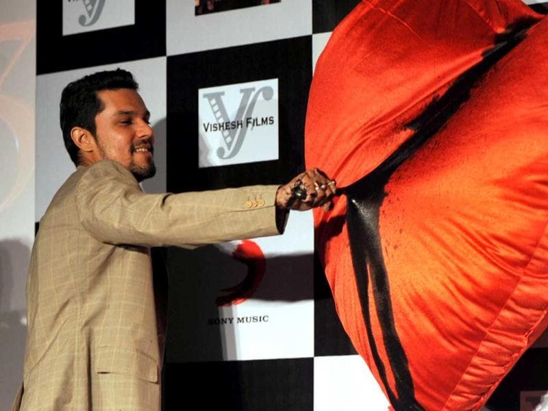 Randeep Hooda is seen painting a big red heart black at the Murder 3 promotions.