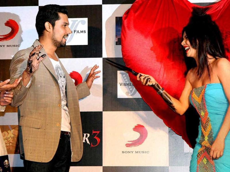 Sara Loren threatens to paint Randeep Hooda black too at the Murder 3 promotions.