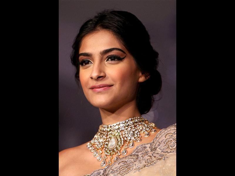 Pretty woman! Sonam Kapoor dazzles at India's first Gem and Jewellery Fair in New Delhi.