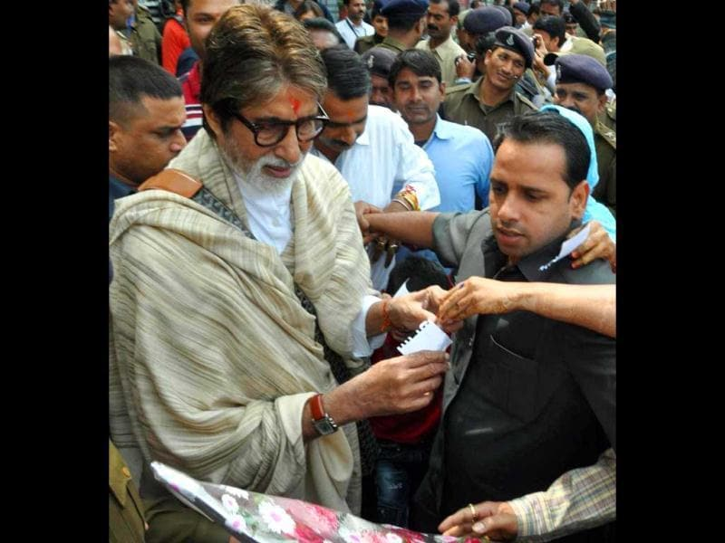 Amitabh Bachchan signs autographs in Bhopal on the sets of Prakash Jha's upcoming film Satyagraha.