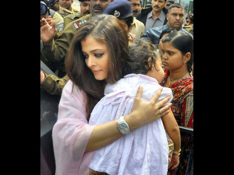 Aishwarya Bachchan looked simply beautiful as she carried baby Aaradhya happily perched up.