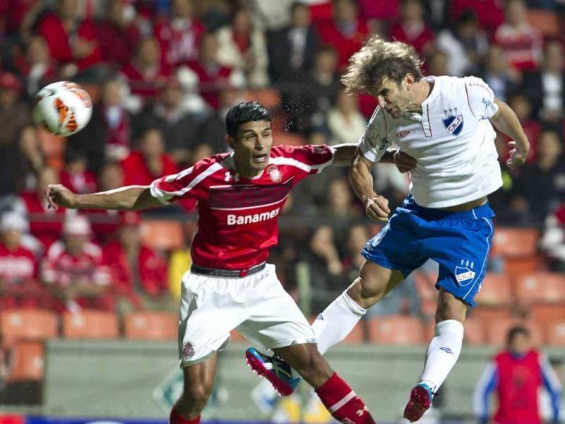 Mexico's Toluca's Francisco Gamboa, left, and Uruguay's Nacional's Ivan Alonso go for a header during a Copa Libertadores soccer match in Toluca, Mexico. (AP)