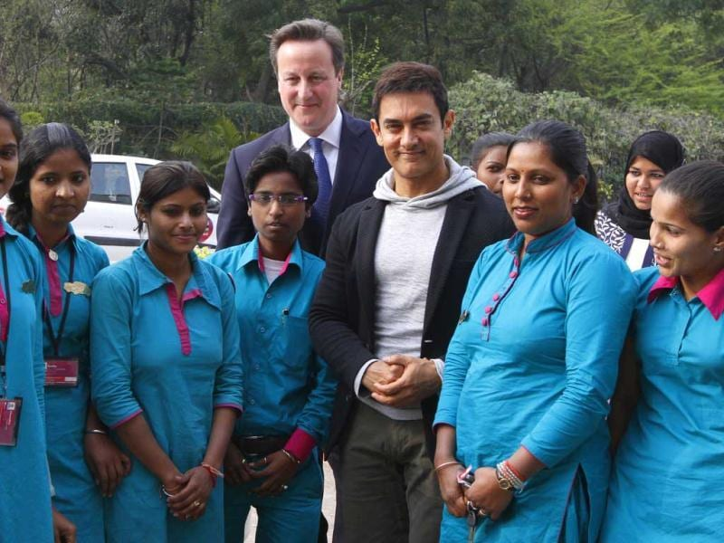 David Cameron and actor Aamir Khan meet Women Cab Drivers at Janaki Devi College in New Delhi on 19February 2013.(HT Photo)